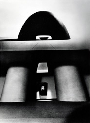 イサム・ノグチ《広島の原爆死没者慰霊碑》(模型)1952、Photo by Isamu Noguchi, courtesy of The Noguchi Museum, New York